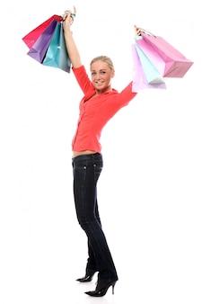 Szczęśliwa kobieta z kolorowymi torba na zakupy