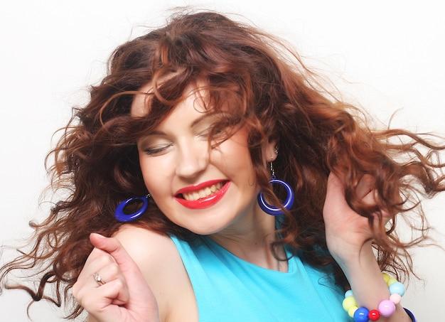 Szczęśliwa kobieta z kręconymi włosami