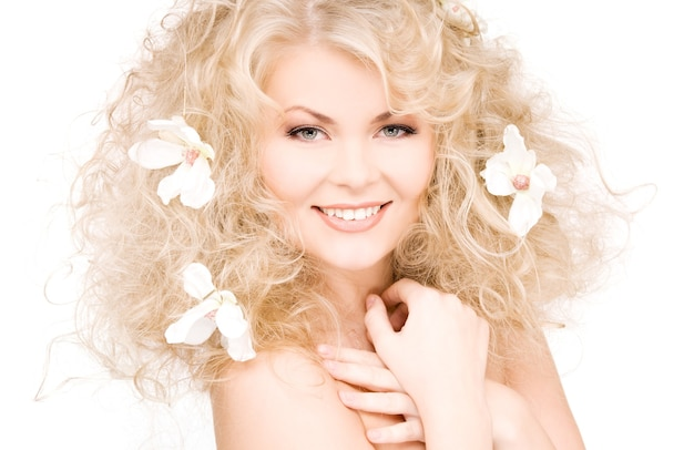 Szczęśliwa kobieta z kwiatami we włosach