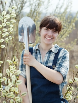 Szczęśliwa kobieta z łopatą
