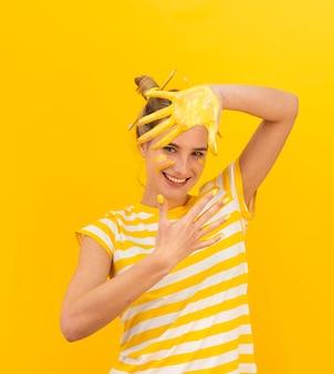 Szczęśliwa kobieta z malowanymi palmami