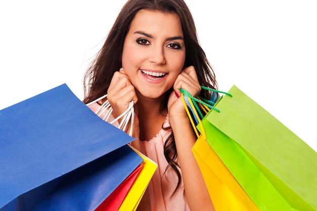 Szczęśliwa kobieta z pełnym torby na zakupy