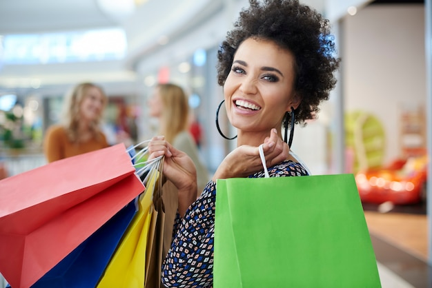 Szczęśliwa kobieta z pełnymi torbami na zakupy