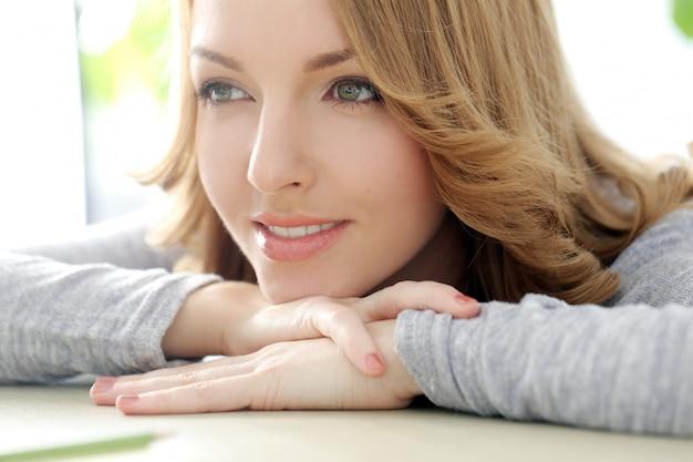 Szczęśliwa kobieta z pięknym uśmiechem