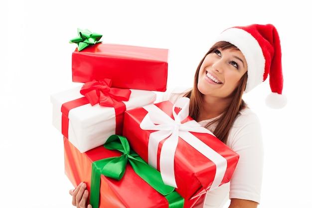 Szczęśliwa kobieta z prezentami stosu bożego narodzenia