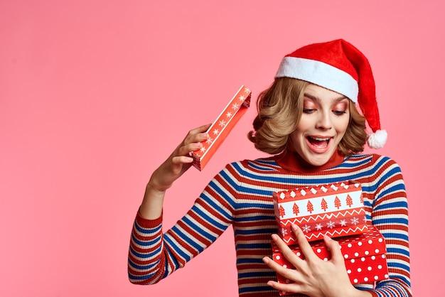 Szczęśliwa kobieta z pudełko boże narodzenie nowy rok santa claus model.