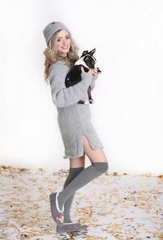 Szczęśliwa kobieta z ślicznym szczeniakiem odizolowywającym na białym tle