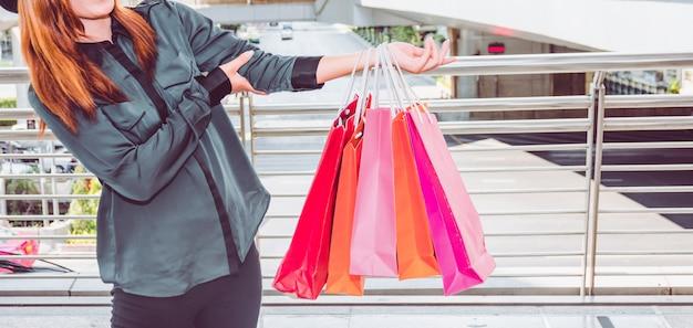 Szczęśliwa kobieta z torba na zakupy cieszy się w zakupy. zakupy kobiet, koncepcja stylu życia