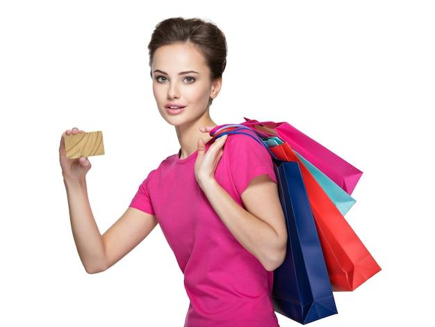 Szczęśliwa kobieta z torba na zakupy i kartą kredytową