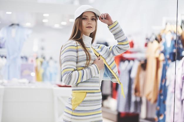 Szczęśliwa kobieta z torby na zakupy idzie do sklepu. ulubiony zawód dla wszystkich kobiet, koncepcja stylu życia