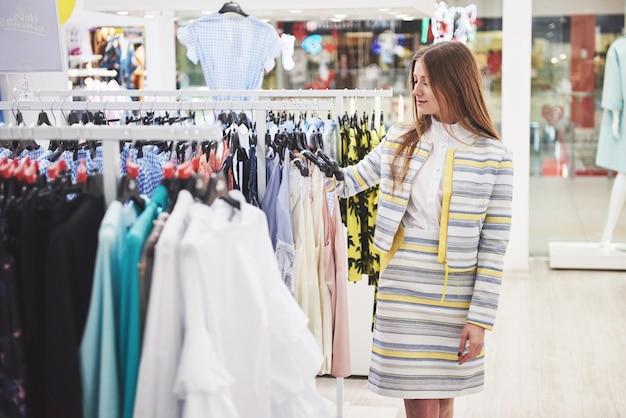 Szczęśliwa kobieta z torby na zakupy idzie do sklepu. ulubiony zawód wszystkich kobiet, koncepcja stylu życia.