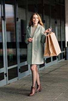 Szczęśliwa kobieta z torby na zakupy korzystających z zakupów. konsumpcjonizm, koncepcja stylu życia