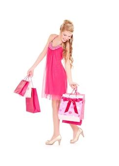 Szczęśliwa kobieta z torby na zakupy na białym