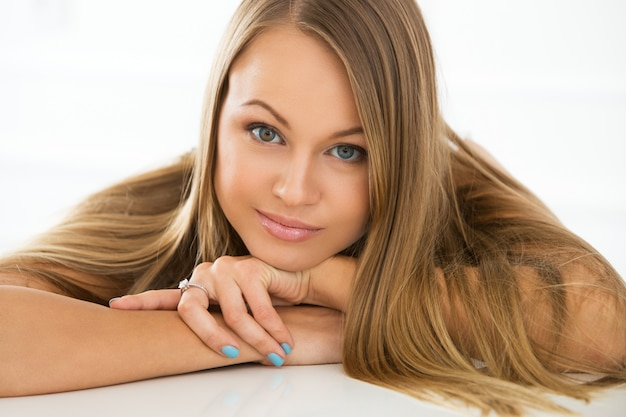 Szczęśliwa kobieta z varicolored oczami