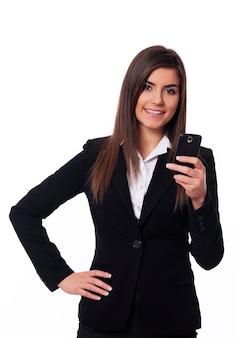 Szczęśliwa kobieta za pomocą inteligentnego telefonu