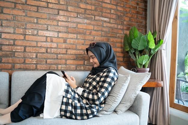 Szczęśliwa kobieta za pomocą swojego telefonu komórkowego