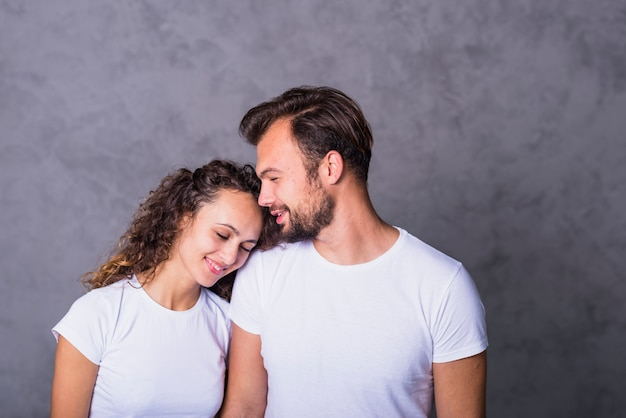 Szczęśliwa kobiety mienia głowa na mężczyzna ramieniu