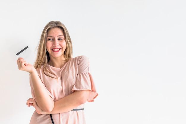 Szczęśliwa kobiety pozycja z kredytową kartą