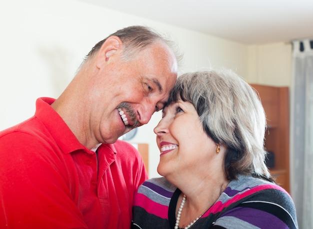 Szczęśliwa kochająca para starszych