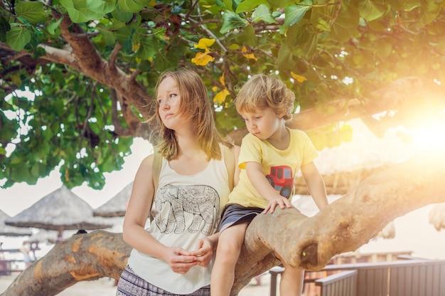 Szczęśliwa kochająca potomstwo matka i jej berbecia syn na spacerze