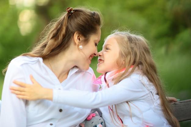 Szczęśliwa kochająca rodzina matka i dziecko dziewczynka bawić się