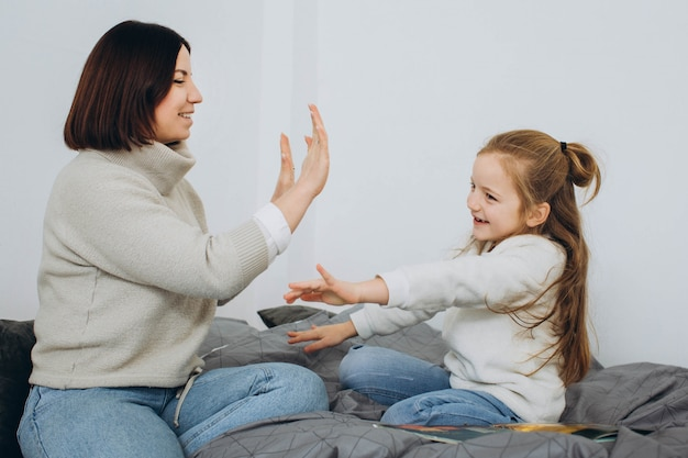 Szczęśliwa kochająca rodzina. matka i jej córka bawią się w pokoju dziecięcym.