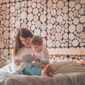 Szczęśliwa kochająca rodzina
