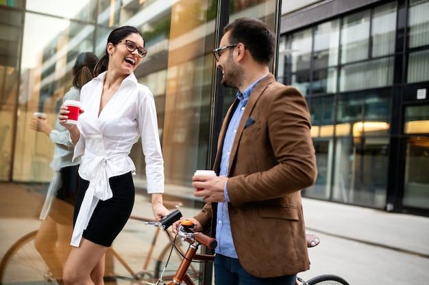 Szczęśliwa kochająca się para spacerująca, uśmiechnięta, bawiąca się w mieście