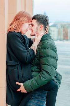 Szczęśliwa kochająca się para uśmiecha się i przytula na ulicy