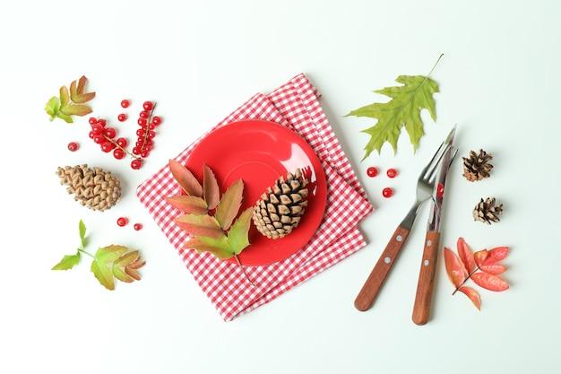 Szczęśliwa kompozycja dnia dziękczynienia na białym drewnianym stole