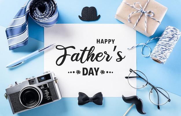 Szczęśliwa koncepcja dekoracji dnia ojca z kartą z życzeniami na pastelowym niebieskim tle
