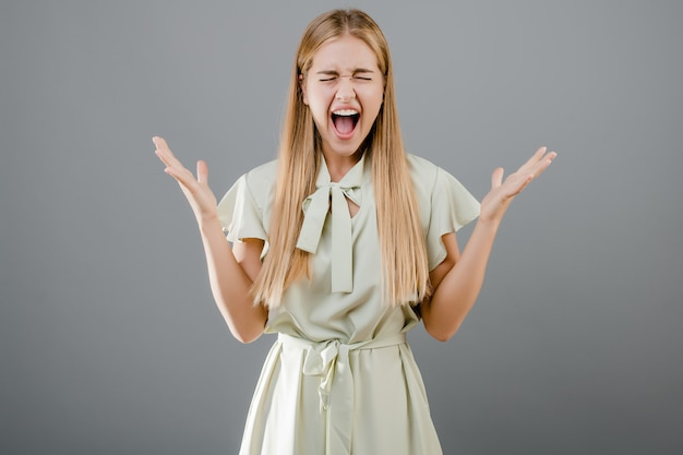 Szczęśliwa krzycząca blondynki dziewczyna odizolowywająca