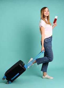 Szczęśliwa ładna kobieta przygotowywająca dla jej podróży
