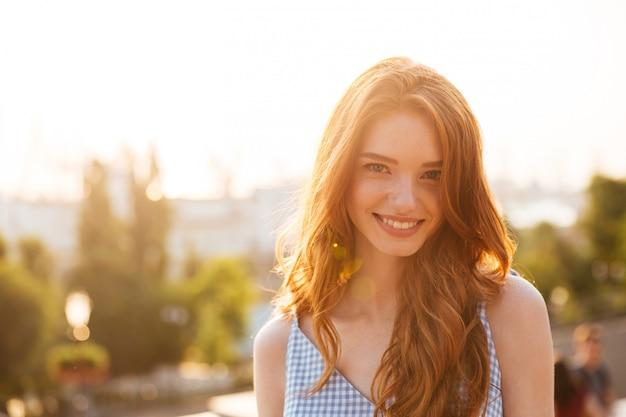 Szczęśliwa ładna rudzielec kobieta z długie włosy