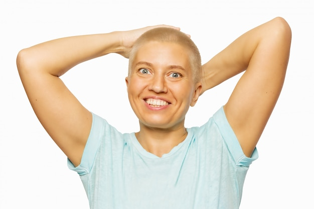 Szczęśliwa łysa kobieta, odizolowywająca