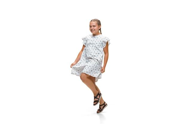 Szczęśliwa mała dziewczynka biegająca na białym tle