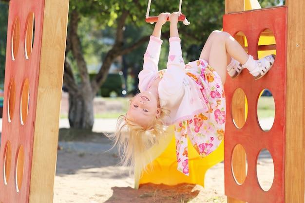 Szczęśliwa mała dziewczynka na boisku