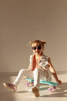 Szczęśliwa mała dziewczynka na deskorolka
