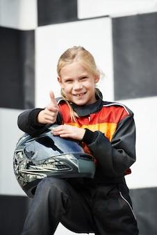 Szczęśliwa mała dziewczynka na karting