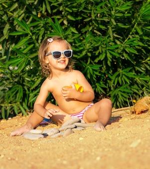Szczęśliwa mała dziewczynka na plaży