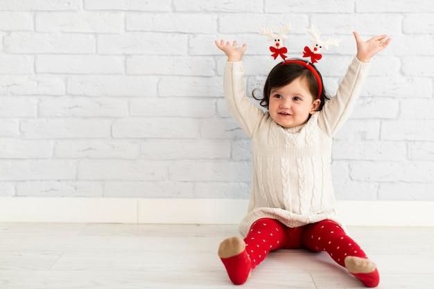Szczęśliwa mała dziewczynka podnosi jej ręki