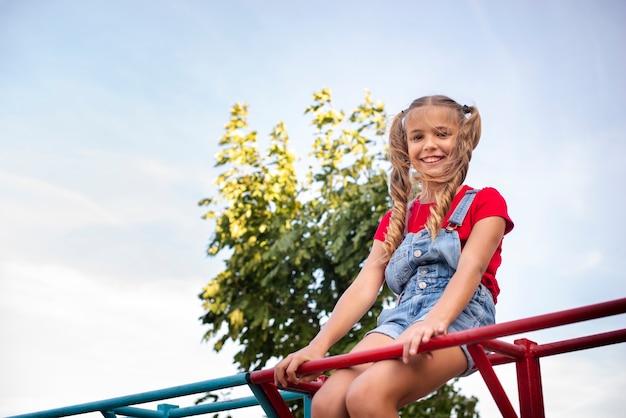 Szczęśliwa mała dziewczynka pozuje dla kamery