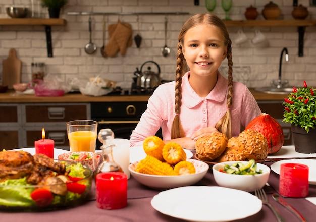Szczęśliwa mała dziewczynka uśmiecha się widok z przodu