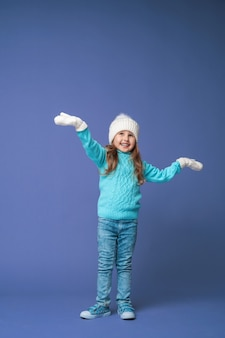 Szczęśliwa mała dziewczynka w czapce