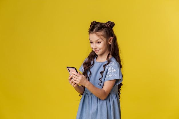 Szczęśliwa mała dziewczynka z smartphone