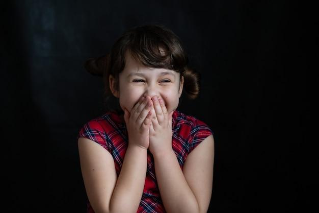Szczęśliwa mała śliczna dziewczyna w szkolnej sukience. powrót do szkoły