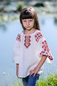 Szczęśliwa mała ukraiński dziewczynka w stroju ludowym.