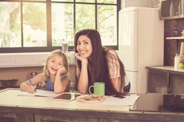 Szczęśliwa mama i córka w kuchni