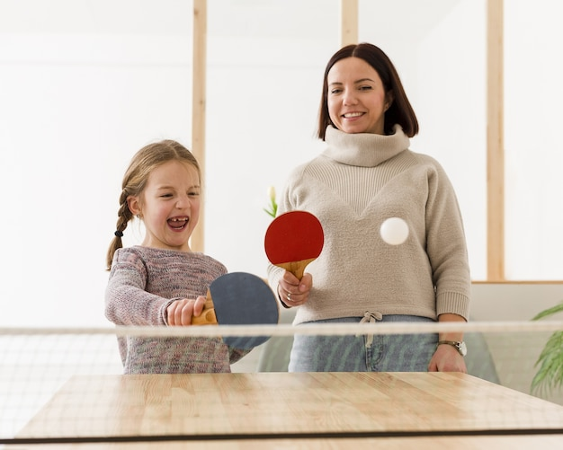 Szczęśliwa mama i dziecko w pomieszczeniu