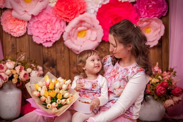 Szczęśliwa mama i jej dziecko bukiet kwiatów